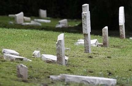 Вандали оскверниха гробище на германски военни