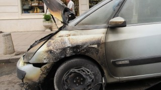"""Кола се запали на площад """"Съединение"""" в Пловдив"""
