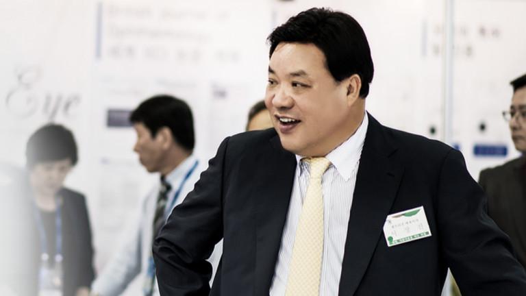 Преди години Сео Юн-джин се оказва принуден да взема пари