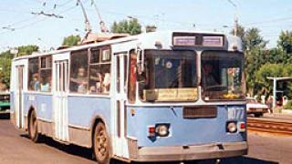 Тролейбус пропадна в изкоп в Перник