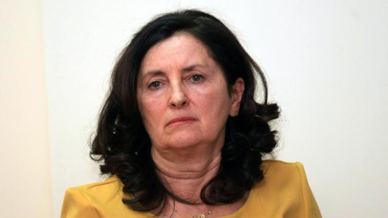 Доц. д-р Даниела Бобева по време на представянето на доклада си