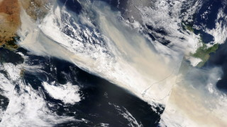 """Димът от пожарите в Австралия превръща небето в Нова Зеландия в """"мрачно"""" жълто"""