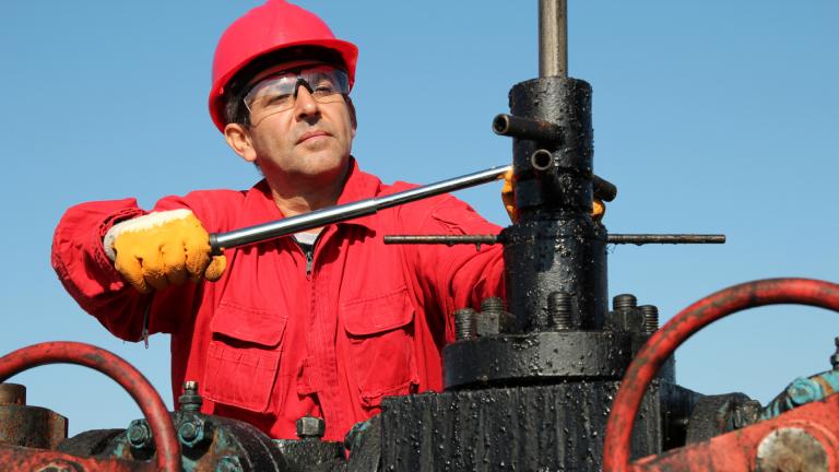 Цената на петрола в понеделник сутринта продължава да спада, обновявайки