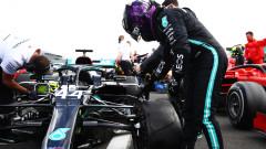 """Люис Хамилтън спечели състезанието на спуканите гуми на пистата """"Силвърстоун"""""""