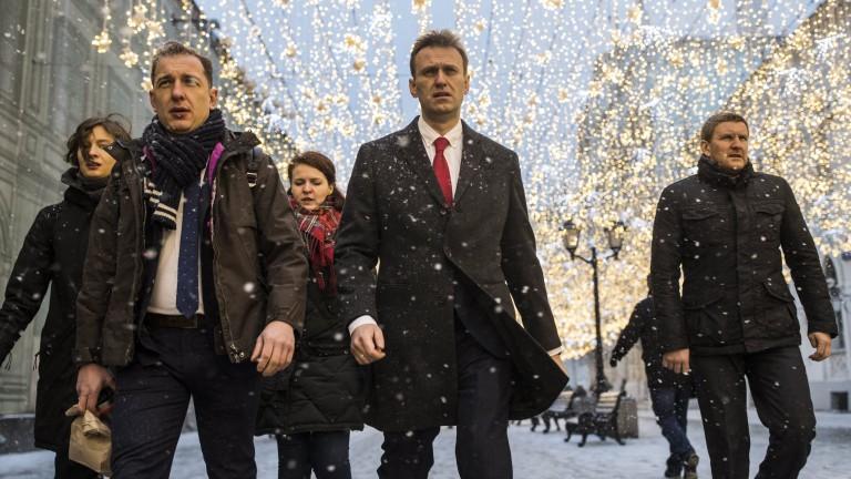 Навални закопчан на излизане от кабинета на зъболекаря си