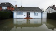 Британците продължават да бедстват, река Темза с рекордно ниво