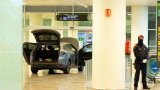 Двама албанци се забиха с кола в летището в Барселона, крещят ислямистки лозунги