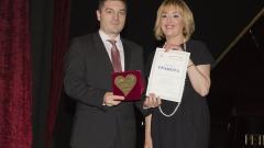 """Омбудсманът Мая Манолова отличи Първа инвестиционна банка с приз """"Добро сърце"""""""