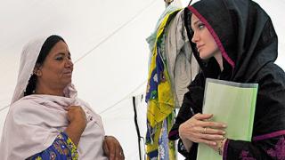 Анджелина Джоли при пострадалите от наводненията в Пакистан