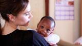 Виктория Бекъм с африканско бебе (СНИМКИ)