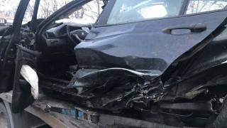 Кола се заби в бетонна ограда на метри от къща в Пловдивско