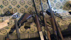 56-годишен си складирал незаконни пушки, пистолет и патрони
