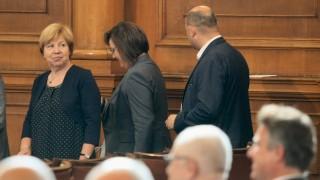 Пенсионерите забравени от Бога, а депутатите - група малоумници