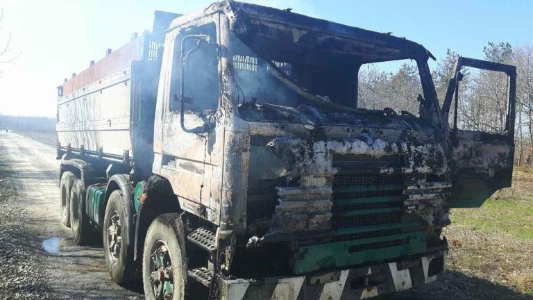 Камион, возещ 26 тона олио, се запали в движение