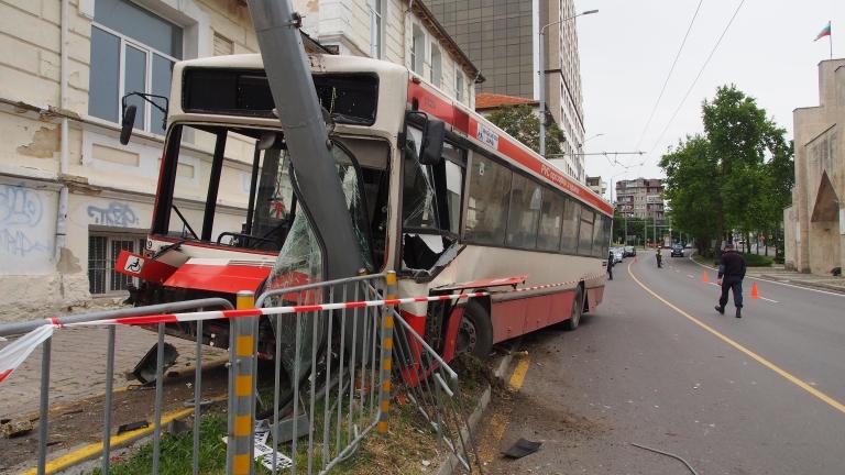 Автобус на градския транспорт предизвика верижна катастрофа в Пловдив