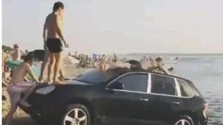 Порше на плажа служи за водна пързалка (ВИДЕО)