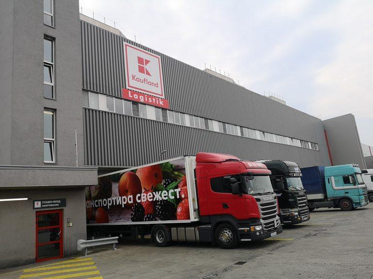 От склада ежедневно излизат над 100 камиона