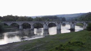 Пуснаха автомобили по моста на Колю Фичето край Бяла