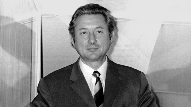 Тео Албрехт, съосновател на компанията, заснет на прозореца на своята къща на 17 декември 1971 година