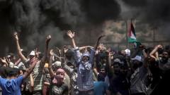 Хиляди палестинци в Газа погребват избитите след най-кръвопролитните протести