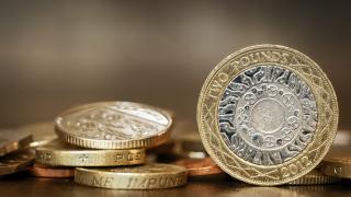 Паундът отново доближава 35-годишно дъно при очакванията за отрицателни лихви в Англия
