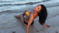 Биляна Йотовска имитира НиЛо на плажа (СНИМКИ)