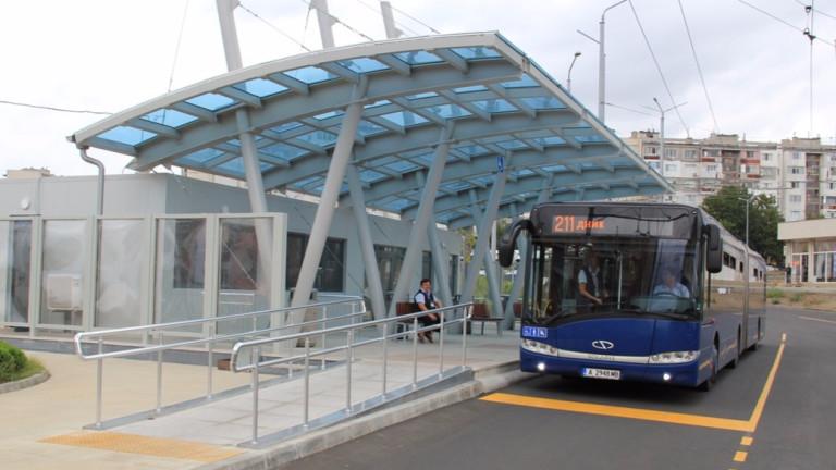 Вандали потрошиха стъклата на спирки на градския транспорт във Варна,