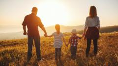 Тренд: Всеки шести българин би станал приемен родител
