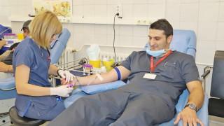 Лекари и футболисти дариха кръв във ВМА в Световния ден на кръводарителя