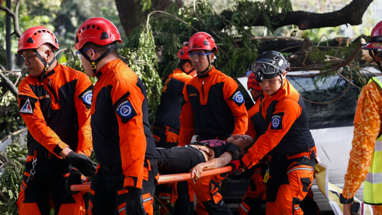 Най-малко 90души са загинали и десетки са изчезнали след тропическа