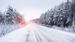 АПИ: Пътните настилки са предимно сухи, на места имат заледяване
