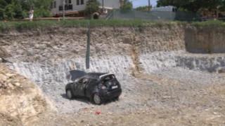 Кола с румънски туристи падна в 6-метров изкоп в Арбанаси