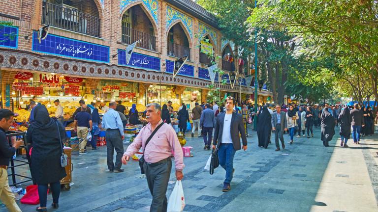 """Хаос в Иран – валутата девалвира, """"всички търсят долари"""""""