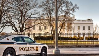 Блокираха Белият дом заради подозрителна дейност край оградата му