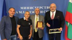 Министър Кралев награди Никола Проданов с почетен плакет на ММС