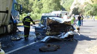 Двама загинали и ранени при удар между ТИР и кола в Кресненското дефиле