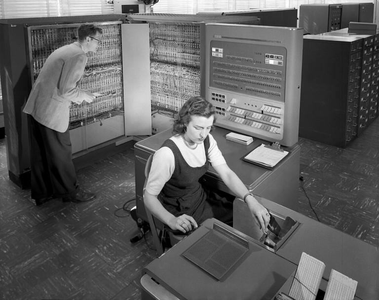Учени от НАСА използват машина за електронна обработка на данни на IBM през 50-те години на миналия век