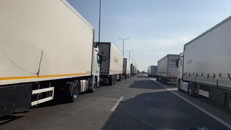 Километрични са колоните от тежкотоварни камиони на пункта Капитан Андреево