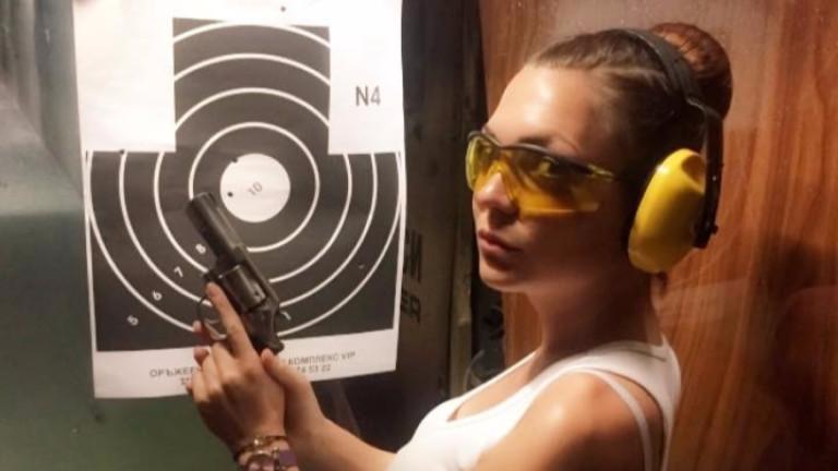 Фолк певицата Ашли хвана пистолета (СНИМКИ)
