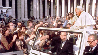 Свещеник обърка папа Йоан-Павел II и Берлускони