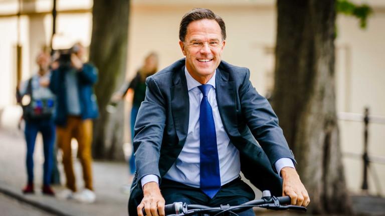 Премиерът на Холандия Марк Рюте се придвижи с велосипед до