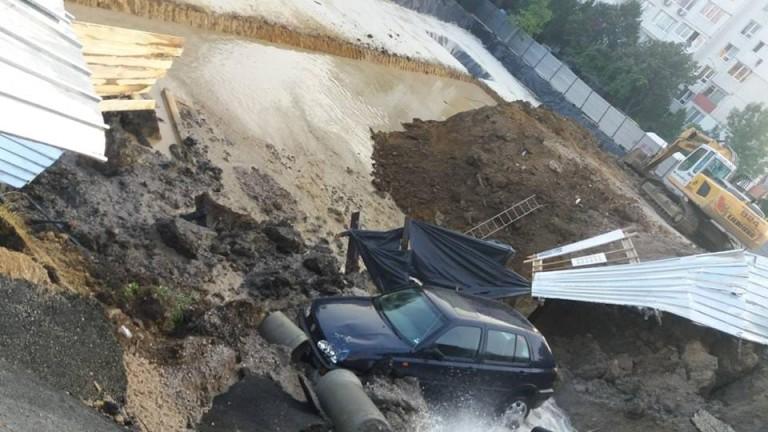 Кола пропадна в изкоп до Централната гара в Пловдив