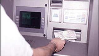 Румънци обират френски банкомати с виличка