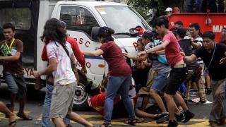 Полицейски ван мачка хора на протест в Манила