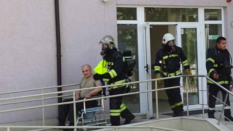 Поставят под карантина пожарникарите, гасили огъня в дома за стари хора в Благоевград