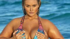 Plus size моделът Хънтър Макгрейди по бански на плажа (ВИДЕО)