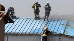 """10 екипа гасят пожар в складове на агенция """"Митници"""" до Кремиковци"""