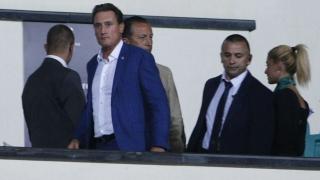 Кирил Домусчиев с четирима охранители на Изпълкома на БФС