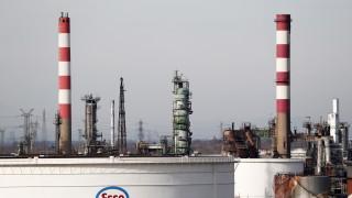 Френските профсъюзи блокират рафинерии в опит да спрат пенсионната реформа