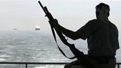 Сомалийци отвлякоха танкер със сода каустик